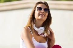 Muchacha del adolescente que tiene tiempo adentro al aire libre Fotografía de archivo