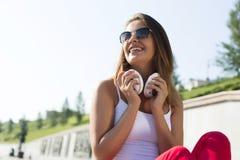 Muchacha del adolescente que tiene tiempo adentro al aire libre Imagen de archivo