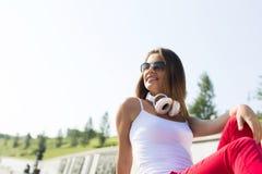 Muchacha del adolescente que tiene tiempo adentro al aire libre Fotos de archivo libres de regalías
