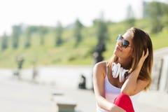 Muchacha del adolescente que tiene tiempo adentro al aire libre Fotografía de archivo libre de regalías