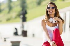 Muchacha del adolescente que tiene tiempo adentro al aire libre Imagen de archivo libre de regalías