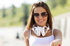 Muchacha del adolescente que tiene tiempo adentro al aire libre Foto de archivo libre de regalías
