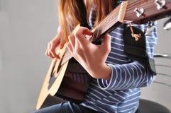 Muchacha del adolescente que toca la guitarra Fotos de archivo