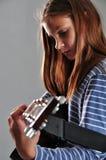 Muchacha del adolescente que toca la guitarra Fotos de archivo libres de regalías
