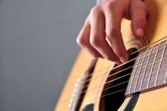Muchacha del adolescente que toca la guitarra Foto de archivo libre de regalías