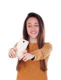 Muchacha del adolescente que toma un selfie con su móvil Imagen de archivo