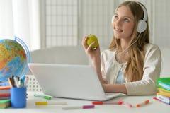 Muchacha del adolescente que usa el ordenador Fotos de archivo libres de regalías