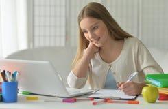 Muchacha del adolescente que usa el ordenador Imágenes de archivo libres de regalías
