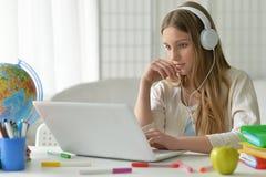 Muchacha del adolescente que usa el ordenador Imagen de archivo libre de regalías
