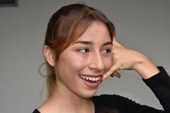 Muchacha del adolescente que usa el teléfono celular y feliz Imagen de archivo
