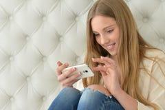 Muchacha del adolescente que usa smartphone moderno Imagen de archivo libre de regalías