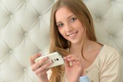 Muchacha del adolescente que usa smartphone moderno Imagenes de archivo