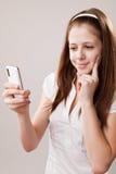 Muchacha del adolescente y teléfono móvil Fotos de archivo libres de regalías