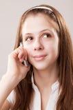 Muchacha del adolescente y teléfono móvil Imagenes de archivo