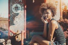 Muchacha del Afro que llama por teléfono delante de pagoda oriental Fotografía de archivo libre de regalías