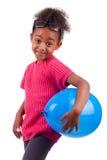 Muchacha del afroamericano que sostiene un globo azul Imagenes de archivo