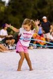 Muchacha del aro de Hula la playa Fotografía de archivo