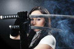 Muchacha del asesino del katana de la belleza Foto de archivo libre de regalías
