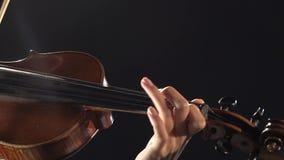 Muchacha del aspecto asiático que toca un violín en estudio negro del humo Cierre para arriba almacen de video