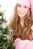 Muchacha del ayudante de Santa con el rectángulo y el árbol de navidad de regalo Fotos de archivo