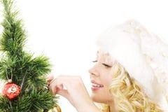 Muchacha del ayudante de Santa que adorna el árbol de navidad Fotografía de archivo