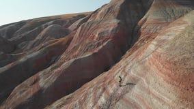 Muchacha del Backpacker que explora las monta?as Turista de la muchacha del Backpacker que explora las montañas de Xizi, Azerbaij metrajes