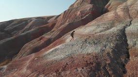 Muchacha del Backpacker que explora las monta?as Turista de la muchacha del Backpacker que explora las montañas de Xizi, Azerbaij almacen de metraje de vídeo