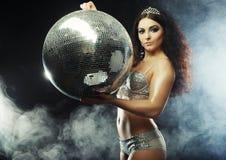 Muchacha del bailarín en humo con la bola de discoteca fotografía de archivo libre de regalías