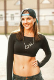 Muchacha del bailarín del hip-hop en ropa y casquillo negros elegantes en el sunl imagen de archivo libre de regalías