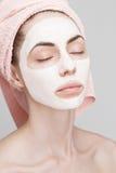 Muchacha del balneario que aplica la máscara facial Imagen de archivo