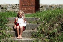 Muchacha del barefeet que se sienta en las escaleras Imágenes de archivo libres de regalías