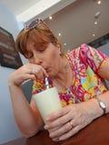 Muchacha del batido de leche en restaurante del café foto de archivo