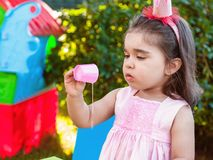 Muchacha del bebé que juega en la experimentación al aire libre y la exploración haciendo un lío derramando el jugo imágenes de archivo libres de regalías