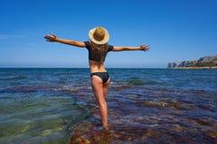 Muchacha del bikini en la playa mediterránea del verano que se divierte imagen de archivo