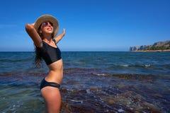Muchacha del bikini en la playa mediterránea del verano que se divierte fotos de archivo libres de regalías