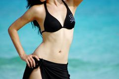 Muchacha del bikini en la playa tropical imagenes de archivo