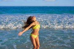 Muchacha del bikini que salta en playa del Caribe de la puesta del sol imagenes de archivo