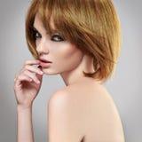 Muchacha del Brunette de Hairstyle.Beautiful Imagen de archivo libre de regalías