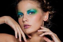 Muchacha del Brunette de la manera. Maquillaje hermoso y pelo Imágenes de archivo libres de regalías
