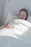 Muchacha del cáncer que permanece en cama Fotos de archivo