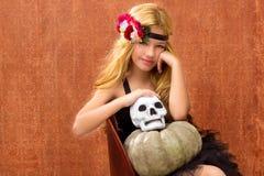 Muchacha del cabrito de Víspera de Todos los Santos con la sonrisa de la calabaza y del cráneo Imagen de archivo