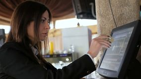 Muchacha del camarero que trabaja con el terminal o la caja de la posición en el café Gente y concepto del servicio almacen de video