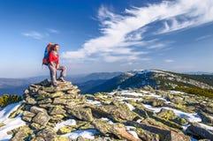 Muchacha del caminante con la mochila en montañas Fotografía de archivo libre de regalías