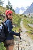 Muchacha del caminante en alta montaña Imagen de archivo