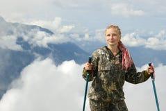 Muchacha del caminante en el fondo de un paisaje de la montaña Imágenes de archivo libres de regalías