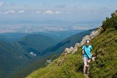 Muchacha del caminante en las montañas Imagen de archivo libre de regalías