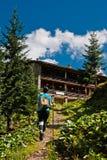 Muchacha del caminante en las montañas Fotos de archivo libres de regalías