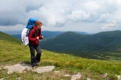 Muchacha del caminante en montañas Imagen de archivo libre de regalías