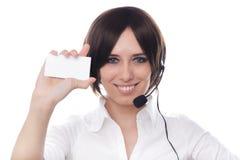 Muchacha del centro de atención telefónica con la tarjeta de visita en blanco Imagenes de archivo