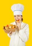 Muchacha del cocinero en toca con los pasteles Imagenes de archivo
